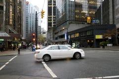 Samochód przeciw nocy miastu Fotografia Royalty Free