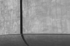 Samochód przed tynku odbiciem i ścianą Czerni biel Zdjęcia Royalty Free