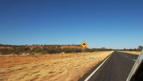 Samochód przejażdżki za kangurem drogowym podpisują wewnątrz odludzie Australia zdjęcie wideo
