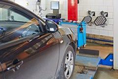 Samochód przy stojakiem dla precyzi koła alighnment czeka Zdjęcia Stock