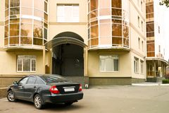 Samochód przy wejściem Obrazy Royalty Free