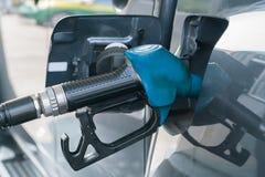 Samochód refueling na staci benzynowej Zdjęcia Royalty Free
