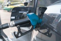 Samochód refueling na staci benzynowej Fotografia Royalty Free