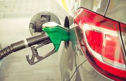 Samochód refueling przy stacją benzynową Pojęcie fotografia dla use tankuje benzynę, olej napędowy, etanol w spalanie silnikach,  obraz royalty free