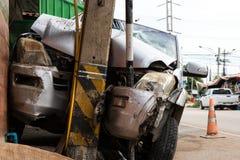 Samochód rozbijał w władza słup obrazy stock