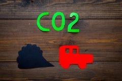 Samochód rura wydechowa, dwutlenek węgla, dym Samochód i dym wycinanka na ciemnej drewnianej tło odgórnego widoku kopii przestrze Obraz Stock