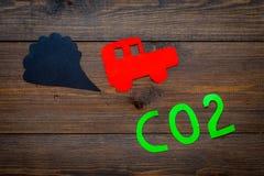 Samochód rura wydechowa, dwutlenek węgla, dym Samochód i dym wycinanka na ciemnej drewnianej tło odgórnego widoku kopii przestrze Fotografia Royalty Free