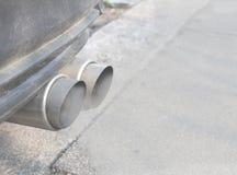 Samochód rura wydechowa Z Dwa Dymi Tailpipes, Wybierająca ostrość zdjęcia stock