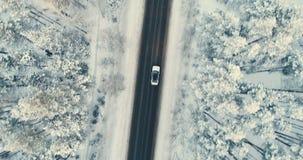 Samochód rusza się na wiejskiej drodze czyścić od śniegu zbiory wideo