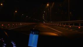 Samochód rusza się przy nocą wzdłuż drogi zdjęcie wideo