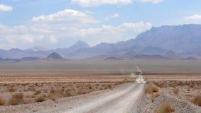 samochód rusza się wzdłuż opustoszałej drogi zbiory wideo