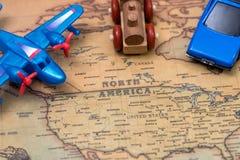 Samochód, samolot i pociąg na mapie, zdjęcia stock