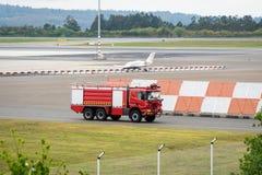 Samochód strażacki na desantowym pas ruchu lotnisku zdjęcie stock