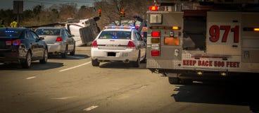 Samochód strażacki, samochód policyjny i wywrócona wyróbki ciężarówka, zdjęcie stock