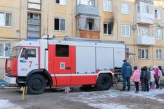 Samochód strażacki w jardzie dom Obrazy Stock