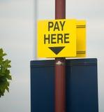 samochód tutaj parkujący twój wynagrodzenie znaka Zdjęcia Royalty Free