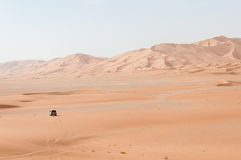 Samochód wśród piasek diun w Oman pustyni (Oman) zdjęcie royalty free