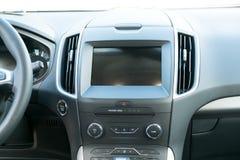 Samochód wśrodku kierowcy miejsca Wnętrze prestiżu nowożytny samochód Kierownica, deska rozdzielcza, pokazu klimatu kontrola czer fotografia royalty free