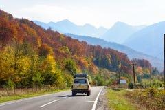 Samochód w lesie przy Transfagarasan drogą zdjęcia stock