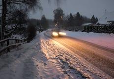 Samochód w przedmieściu na zimy nocy Zdjęcia Royalty Free