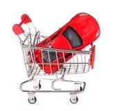 Samochód w wózek na zakupy pojęciu odizolowywającym na bielu Zdjęcia Royalty Free