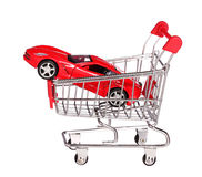Samochód w wózek na zakupy pojęciu odizolowywającym na bielu Fotografia Stock