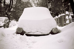 Samochód wtykał w śniegu na ulicie z reflektorów pokazywać tylko fotografia stock