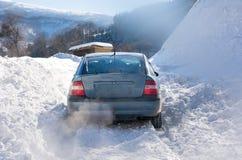 Samochód wtykający w śniegu podczas gdy jadący obrazy royalty free