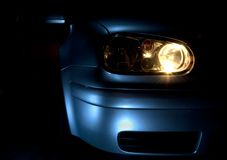 Samochód z światłami dalej obrazy royalty free
