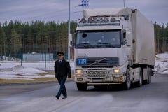 Samochód z eksportowymi towarami na terytorium zwyczaje wysyła przedstawiciela stanu organ - zwyczaju oficer w unifo obraz royalty free