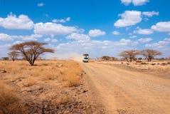 Samochód z ludźmi w pustyni Zdjęcia Royalty Free