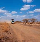 Samochód z ludźmi w pustyni Fotografia Royalty Free