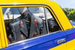 Samochód z milicyjnym kostiumem inside Fotografia Stock