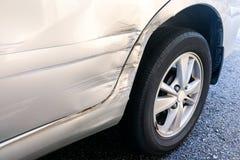Samochód z mniejszościową wklęśnięcia i narysu opłatą wypadek zdjęcie stock