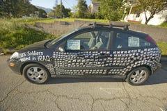 Samochód z obrazkami nieżywi USA żołnierze od Irackiej wojny wystawiającej z znakiem przeciw Prezydent George W Bush w Dębowym wi Obrazy Stock