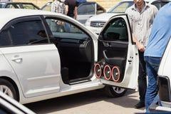 Samochód z ogromną liczbą zainstalowani audio mówcy i subwoofe Zdjęcie Royalty Free