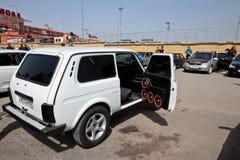 Samochód z ogromną liczbą zainstalowani audio mówcy i subwoofe Fotografia Stock