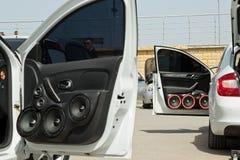 Samochód z ogromną liczbą zainstalowani audio mówcy i subwoofe Fotografia Royalty Free