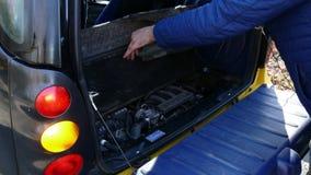 Samochód z otwartym bagażnikiem i mrugać przeciwawaryjnego sygnał zdjęcie wideo