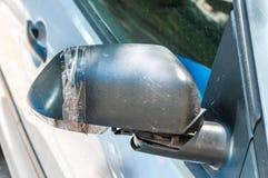 Samochód z uszkadzającym i łamającym bocznym tyły lustrem kleiącym z kanał taśmy zakończeniem w górę selekcyjnej ostrości obraz stock