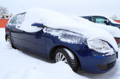 Samochód zakrywający ciężkim śniegiem Fotografia Royalty Free