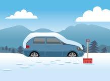 Samochód zakrywający w śniegu wokoło dostawać czyścić zdjęcia royalty free