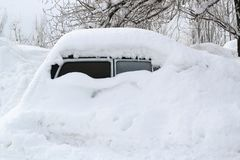 Samochód, zakrywający z gęstą warstwą śnieg Negatywna konsekwencja ciężcy opad śniegu zdjęcie stock