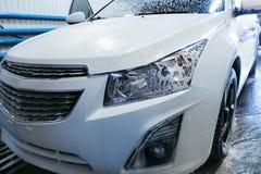 Samochód zakrywający z pianą w samochodowym obmyciu Obrazy Royalty Free