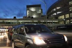 Samochód zatrzymujący przy nocą zdjęcia stock