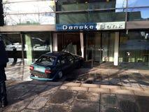 Samochód zawstydził wewnątrz danske banka bank_may rober Zdjęcie Stock