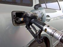 Samoch?d przy benzynow? stacj? Benzyny kr?cicy pompa wk?adaj?ca w zbiorniku zdjęcia stock
