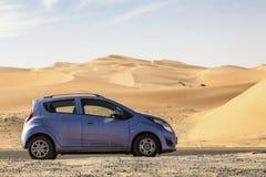 Samochód przy pustynną drogą Obrazy Royalty Free