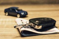 Samochodów klucze, banknoty i samochodu model jako pojęcie, kupienie lub wynajmowanie samochód zdjęcie royalty free