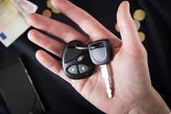 Samochodów klucze na męskiej palmie Fotografia Stock